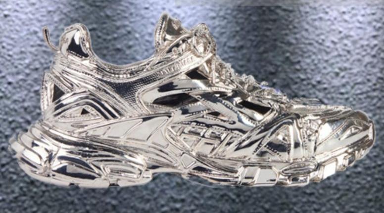 """Balenciaga """"chơi lớn"""" với tạo tác điêu khắc dòng giày Track. 2 bằng đồng cực chất"""