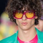 Versace Xuân Hè 2022: Đeo kính râm vì quá chói chang